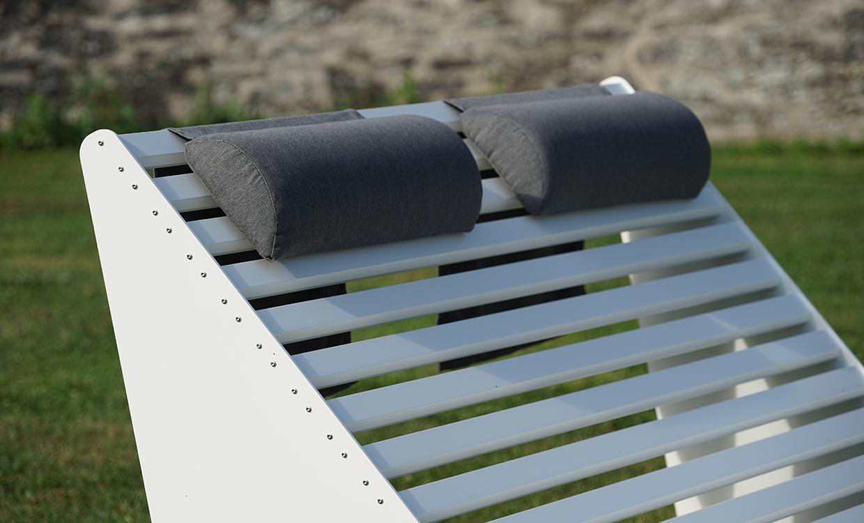 weiße breite Relaxliege aus Alu - Aluminiumgartenmoebel mit Nackenkissen