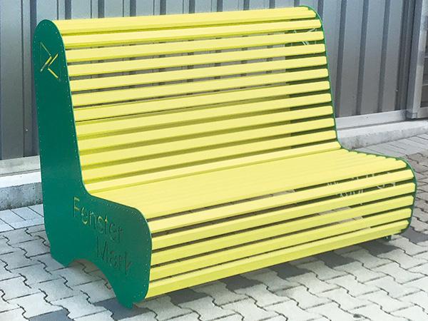zweifarbige Sitzbank mit Firmenloga aus Aluminium