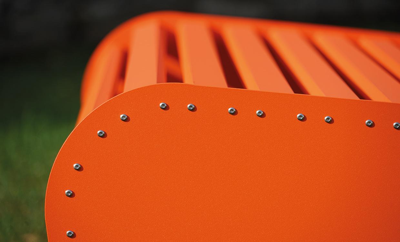 Aludesign Bank Low2 - leichte Bank für draußen Detail orange