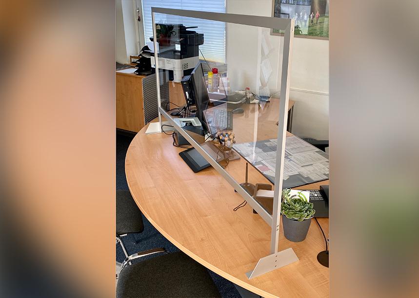 Nies- und Hustschutz von m&s aus Glas und Aluminium